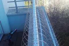 Taubenabwehr eines stark befallenen Balkon